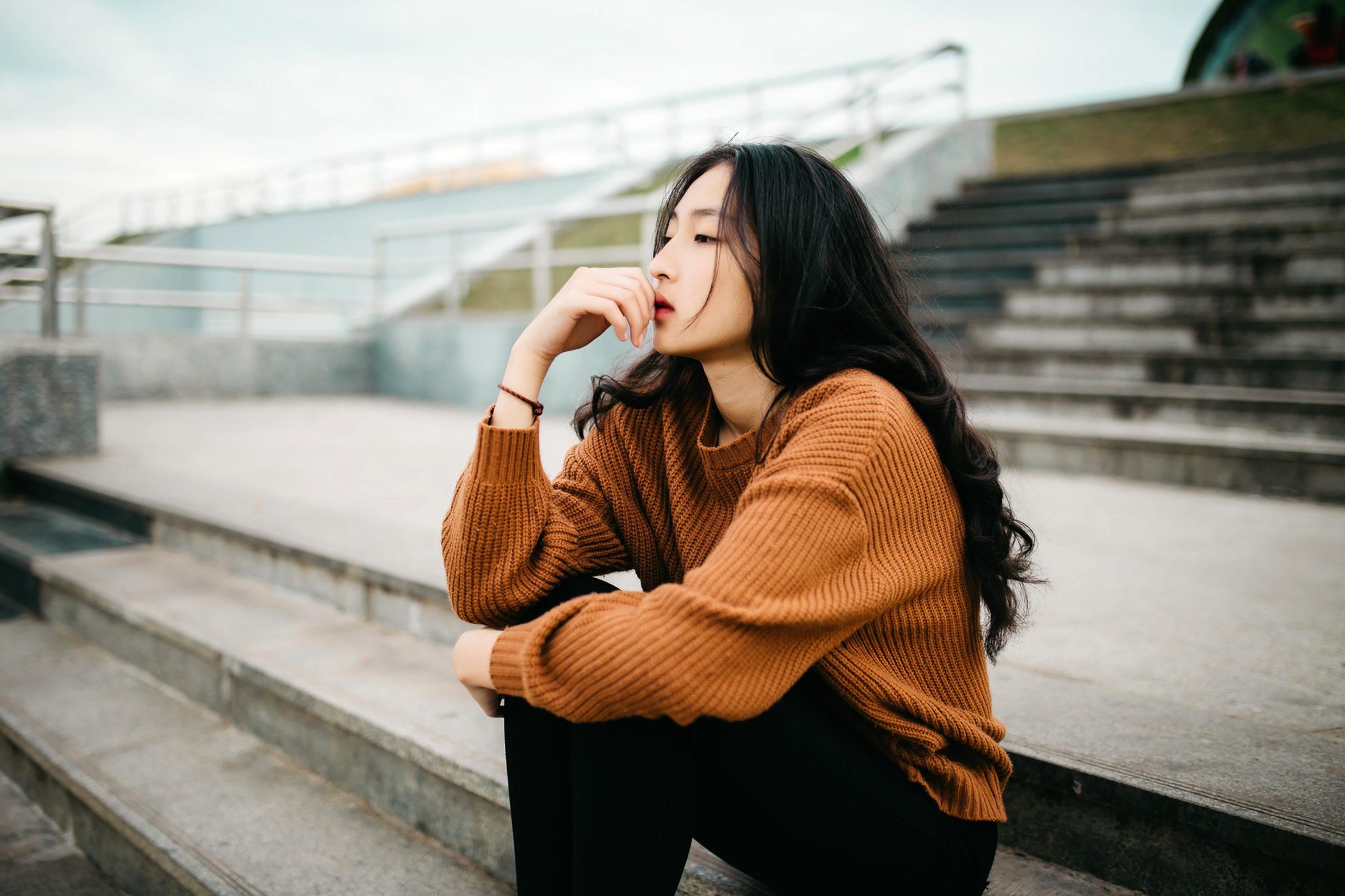 Femme qui réfléchit