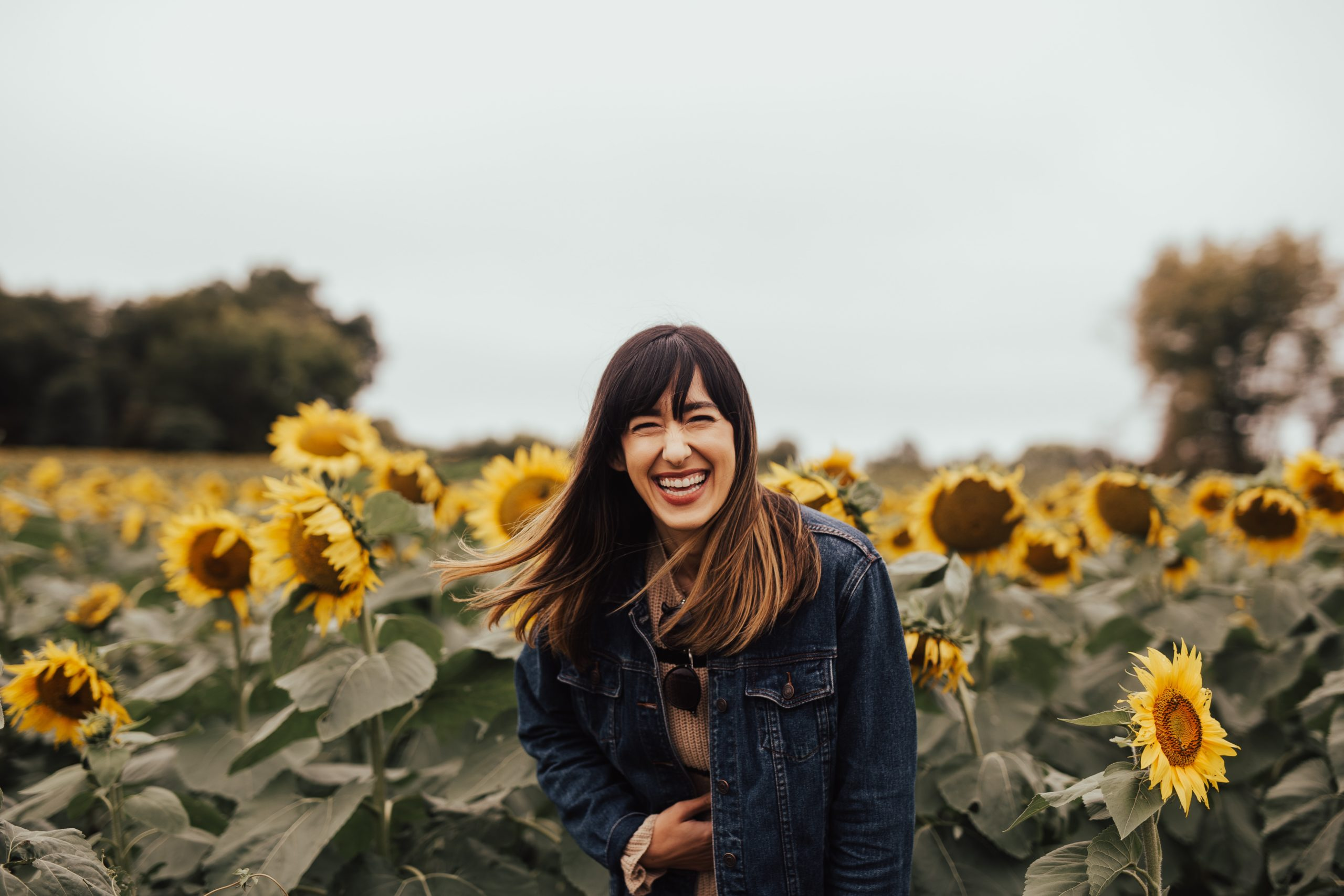 femme riant dans un champ de tournesols